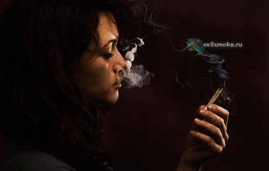 Фото расстроенная девушка курит