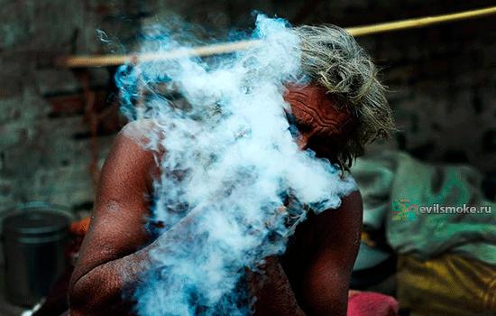 Шаман курит шалфей