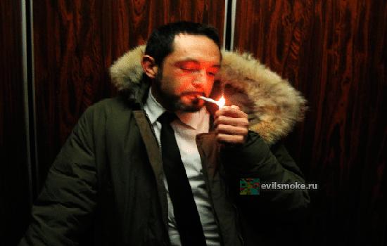 Мужик курит в лифте
