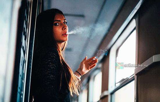 Девушка курит в поезде