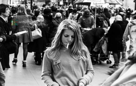 Фото-Девушка курит в толпе