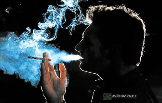 Фото-Мужчина курит в темноте