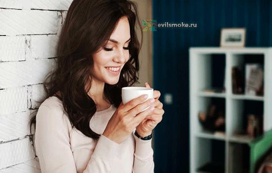 Фото - Девушка наслаждается кофе