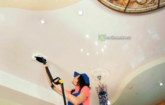 Фото - Девушка моет потолок пылесосом