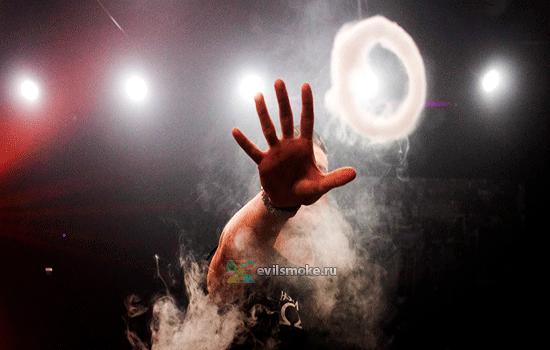 Фото - Рука и кольцо дыма