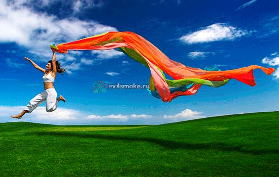 Фото - Девушка бежит по полю