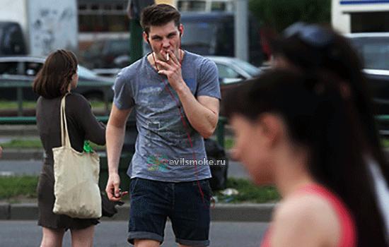 Фото - Гопник с сигаретой идет