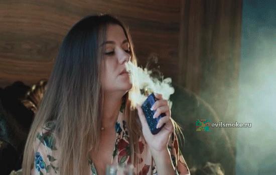 Фото - Женщина курит vape