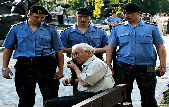 Фото - Милиция Белоруссии и нарушитель