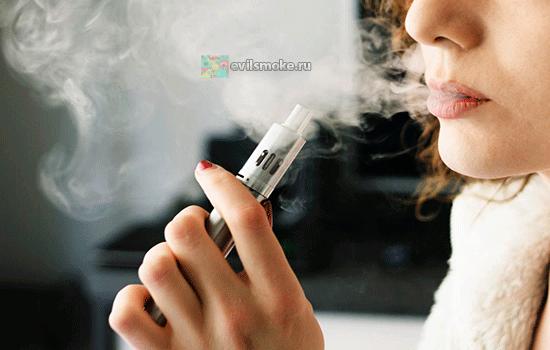 Фото - Женщина курит вейп