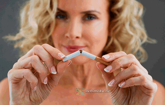 Фото - Женщина ломает сигарету