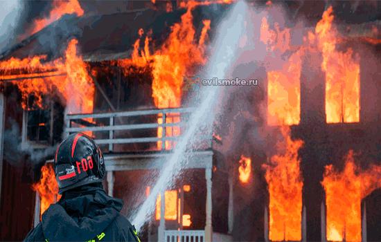 Фото - Пожарные тушат огонь